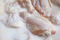 Ailes de poulet marinant Images libres de droits