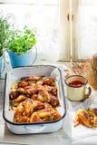 Ailes de poulet épicées dans la cuisine d'été Photographie stock libre de droits