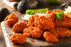 Ailes de poulet sans os chaudes et épicées de Buffalo Image stock