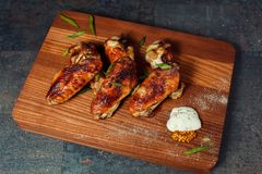 Ailes de poulet sur un conseil image stock