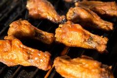 Ailes de poulet sur un gril Photographie stock
