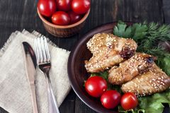 Ailes de poulet sur un panneau de portion Photo stock