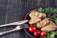 Ailes de poulet sur un panneau de portion Photographie stock libre de droits