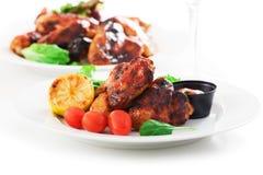 Ailes et salade rôties de poulet photo stock