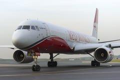 Ailes rouges du Tupolev Tu-204 roulant au sol à l'aéroport international de Domodedovo Photos libres de droits