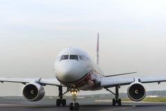 Ailes rouges du Tupolev Tu-204 roulant au sol à l'aéroport international de Domodedovo Image stock