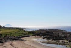 Ailsa Craig vue à travers Firth de Clyde des jeunes filles Image libre de droits
