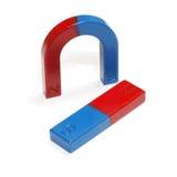 Aimant en fer à cheval rouge et bleu d'isolement sur le fond blanc Photo stock