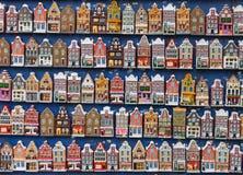 Aimants colorés de maisons dans la boutique de souvenirs. Amsterdam Photos libres de droits