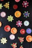 Aimants floraux lumineux et colorés sur le fond noir Images stock