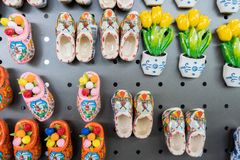 Aimants néerlandais de souvenir sur un chariot au détail, étant vendu dans une boutique de cadeaux, avec quelques aimants de tuli image stock