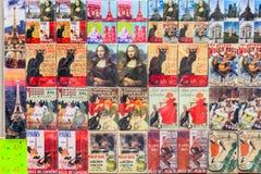 Aimants parisiens de souvenir sur le compteur de la boutique de cadeaux de rue Photographie stock
