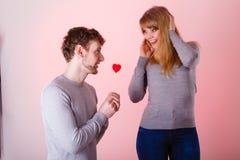 Aimer épluchent avec le flirt de coeur Photographie stock libre de droits