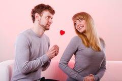 Aimer épluchent avec le flirt de coeur Photo libre de droits