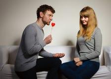 Aimer épluchent avec le flirt de coeur Photos stock