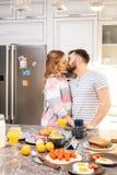 Aimer couplent des baisers dans la cuisine image libre de droits