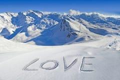 Aimez écrit dans la neige, paysage de montagne Photo stock