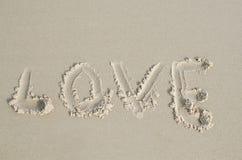 Aimez écrit en sable humide mou sur une plage Photo libre de droits