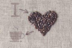 Aimez au café - texture de toile de jute avec la forme de coeur de haricots Images libres de droits