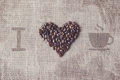 Aimez au café - texture de toile de jute avec la forme de coeur de haricots Image libre de droits