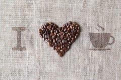 Aimez au café - texture de toile de jute avec la forme de coeur de haricots Photos libres de droits