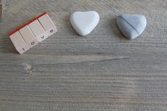Aimez aux lettres simples et à deux coeurs de pierre sur le fond en bois Photos libres de droits