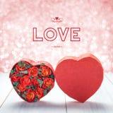 Aimez avec la boîte de forme de coeur avec les roses rouges à l'intérieur sur en bois blanc merci Photos stock