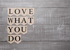 Aimez ce que vous faites le symbole de motivation sur le conseil en bois Images libres de droits