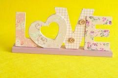 Aimez dans les lettres roses sur un fond jaune Image libre de droits