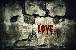 Aimez ensanglanté sur le mur de briques sale avec le ton de vintage et de vignette - Photo libre de droits