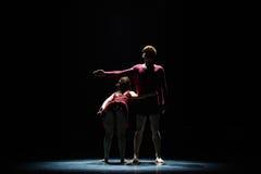 Aimez facile à obtenir le long de la danse trop dur-moderne Images stock