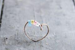 Aimez, idée de jour de valentines, coeur et labels multicolores avec l'inscription Photographie stock