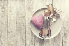 Aimez, jour du ` s de valentine ou concept de consommation avec les couverts de vintage, pl Photographie stock