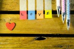 Aimez l'alphabet et peu de coeur rouge et colorez le stylo Photographie stock libre de droits