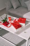 Aimez l'emballage cadeau avec les rouleaux de papier et le bouquet des roses Image libre de droits