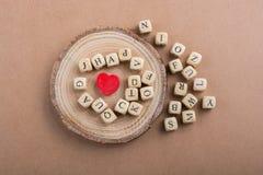 Aimez l'icône et marquez avec des lettres les cubes de faire du bois Photo stock
