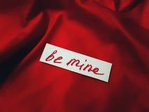 Aimez la carte avec des mots soit le mien sur le fond en soie rouge Images libres de droits
