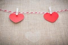 Aimez la corde naturelle des coeurs de Valentine et accrocher blanc d'agrafes Photos libres de droits
