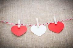 Aimez la corde naturelle des coeurs de Valentine et accrocher blanc d'agrafes Photographie stock libre de droits