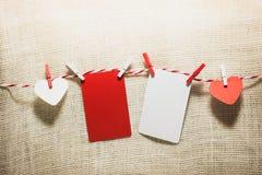 Aimez la corde naturelle des coeurs de Valentine et accrocher rouge d'agrafes Photo libre de droits