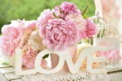 Aimez la décoration avec les lettres en bois et les fleurs de pivoine avec la couleur Images stock