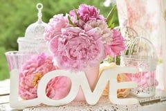 Aimez la décoration avec les lettres en bois et les fleurs de pivoine avec la couleur Images libres de droits