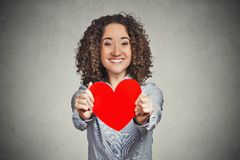 Aimez la femme de jour de valentines tenant te donner le coeur rouge photos stock