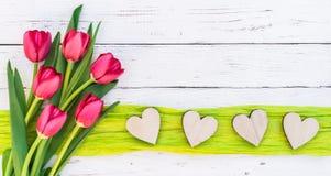 Aimez la frontière de coeurs avec les fleurs rouges de ressort de tulipes le jour pour de mère ` s ou de ` s de Valentine Images stock