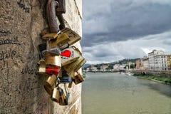 Aimez la serrure des couples par la rivière de l'Arno à Florence, Italie Image stock