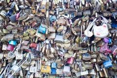 Aimez la serrure sur un pont à Paris, symbole d'amour de connexion d'éternité de Frances Photo libre de droits