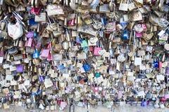 Aimez la serrure sur un pont à Paris, symbole d'amour de connexion d'éternité de Frances Image libre de droits