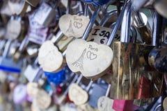 Aimez la serrure sur un pont à Paris, symbole d'amour de connexion d'éternité de Frances Photographie stock libre de droits