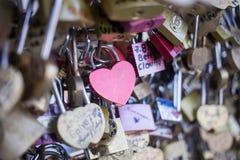 Aimez la serrure sur un pont à Paris, symbole d'amour de connexion d'éternité de Frances Images stock