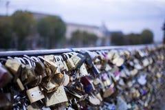 Aimez la serrure sur un pont à Paris, symbole d'amour de connexion d'éternité de Frances Image stock